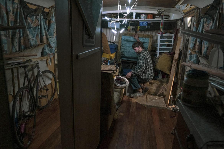 Antes de acostarse, Ryan Maddry abre la cubierta del motor en su vehículo recreativo, dejando una puerta entreabierta para que su gato negro regrese a casa mientras duerme. Maddry trabaja como jornalero haciendo trabajos de construcción en las colinas de Berkeley. Por las noches, pasa tiempo reparando su vehiculo recreativo, que necesita insulacion y un nuevo techo. Maddry repara las comodidades dentro de su casa como lo permiten las finanzas.