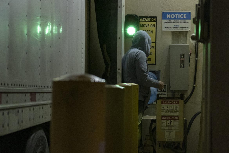 A altas horas de la noche, los residentes del vehículo extraen agua para cocinar y ducharse en una tienda de abarrotes cercana en el distrito de Gilman. Encontrar fuentes abiertas de agua y electricidad es un enigma diario.