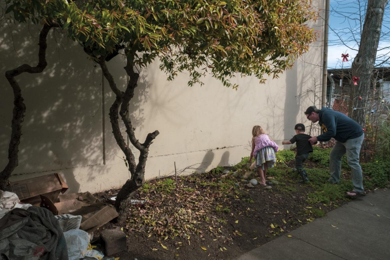 Los niños juegan en el área verde afuera del vehículo recreativo de Merced Dominguez. Un padre aleja a su hijo de sus plantas y decoraciones del jardín. Él les dice a sus hijos que es hora de irse y no tocar nada más.